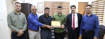 وكيل وزارة التعليم يُكرّم الطالب حمدان العقاد